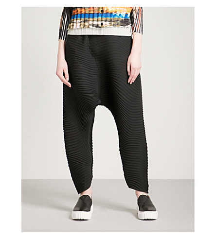 ISSEY MIYAKE Flow tapered pleated trousers (Black