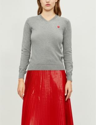 Heart-appliqué V-neck cotton jumper