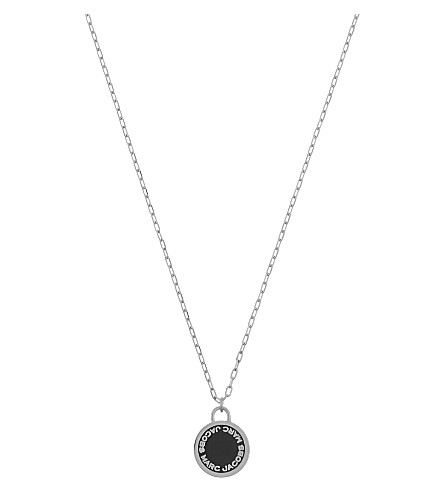 MARC JACOBS Enamel logo disc necklace (Black/argento