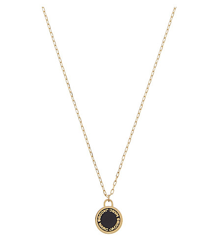 MARC JACOBS Enamel logo disc necklace (Black/oro