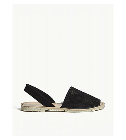 戈雅海滩蛇浮雕绒面革凉鞋 (黑 + 蛇 + 麂皮绒