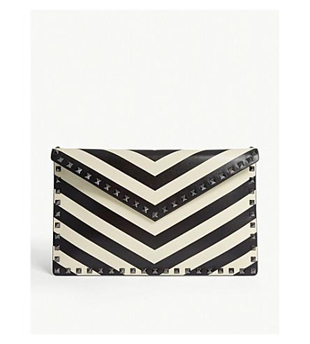 VALENTINO Rockstud 条纹皮包手拿包 (黑色/白色