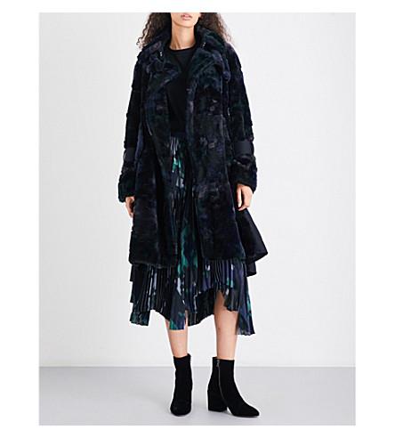 SACAI Contrast-panel faux-fur coat (Black/navy/green