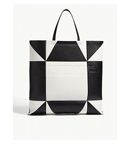 CALVIN KLEIN 205W39NYC 巨型几何图案皮革托特包 (白色/黑色