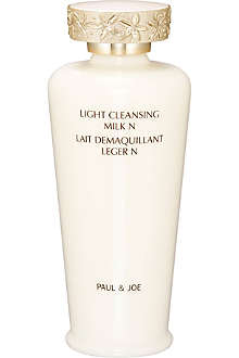 PAUL & JOE Light cleansing milk