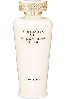 PAUL & JOE Light cleansing milk