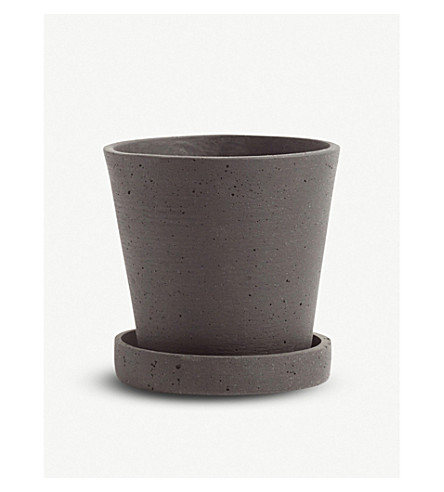 HAY Small polystone flower pot with saucer