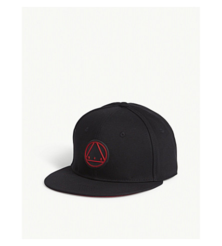 MCQ ALEXANDER MCQUEEN Triangle logo cotton snapback cap (Black+red