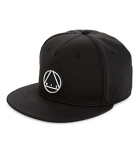 MCQ ALEXANDER MCQUEEN Triangle logo cotton snapback cap (Darkest+black