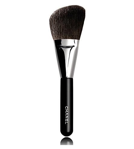 CHANEL <strong>PINCEAU POUDRES BISEAUTÉ </strong>N°2 Angled Powder Brush