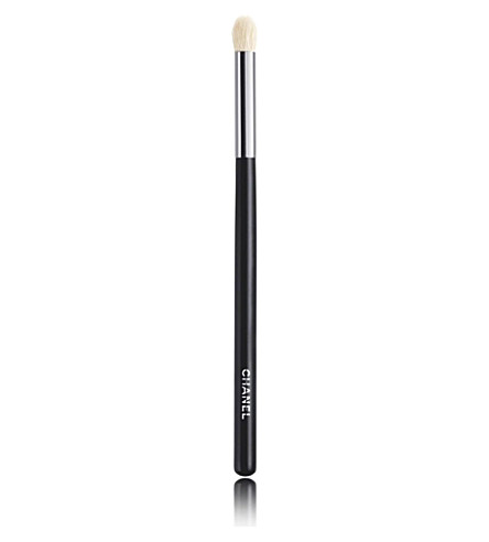 CHANEL <strong>GRAND PINCEAU PAUPIÈRES ROND</strong> No.19 large tapered blending brush