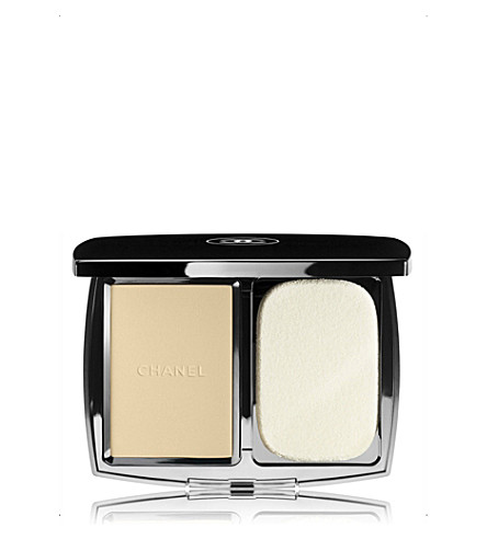 CHANEL <strong>VITALUMIÈRE COMPACT DOUCEUR</strong> Lightweight Compact Makeup Radiance Softness And Comfort SPF 10 (Beige+10