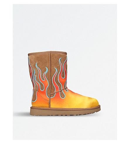 UGG UGG x Jeremy Scott Flame-motif classic short sheepskin boots (Blk/brown