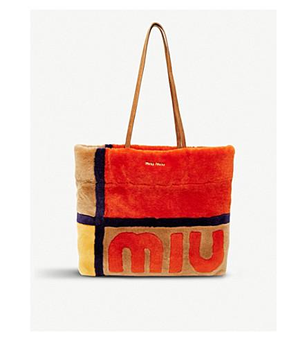 MIU MIU Logo-detail shearling tote bag (Caramel+arancio