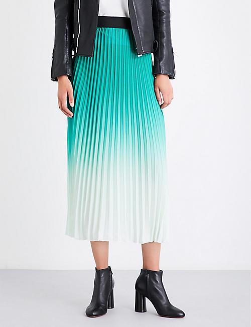 задрали юбку в магазине онлайн