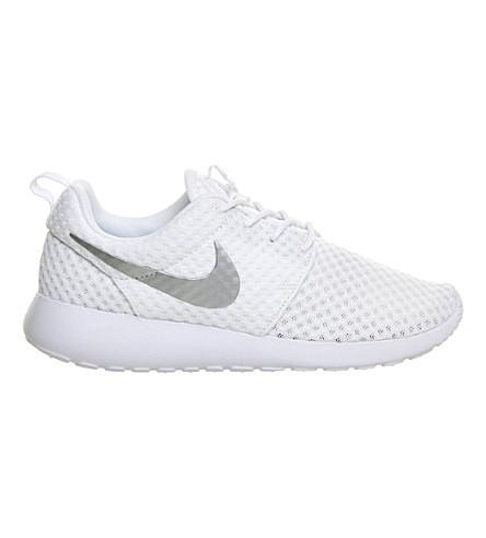 NIKE Roshe run trainers (White metallic silve