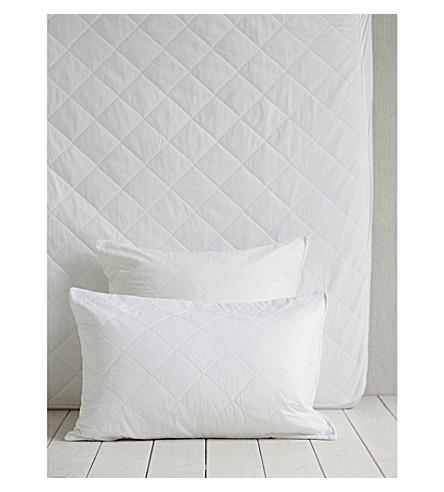 THE WHITE COMPANY Luxury anti-allergy standard pillow protector 50x75cm (White
