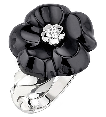 CHANEL Camélia Galbé 18K white gold, diamond and black ceramic ring. Medium version