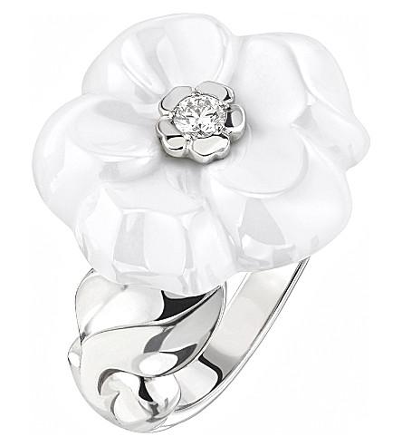 CHANEL Camélia Galbé 18K white gold, diamond and white ceramic ring. Medium version