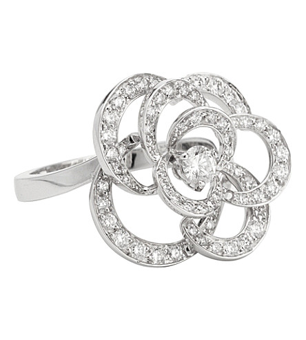 CHANEL Camélia 18K white gold and diamond ring. Medium version