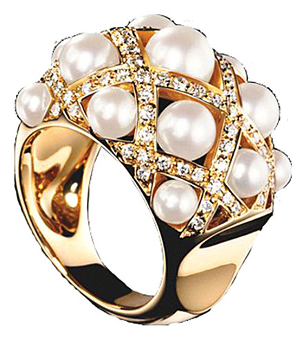 CHANEL Baroque 18K yellow gold, cultured pearl and diamond ring. Medium version