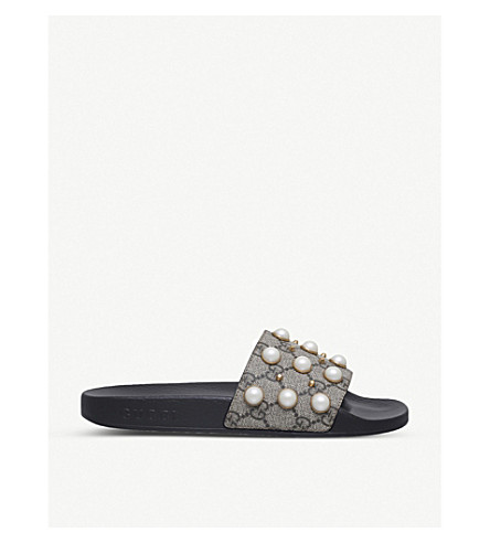 GUCCI 追求珍珠点缀橡胶滑块凉鞋 (米色 + 梳子