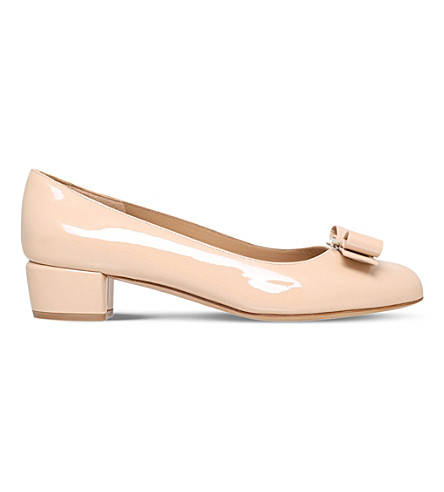 SALVATORE FERRAGAMO Vara patent-leather courts (Nude