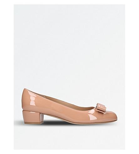 SALVATORE FERRAGAMO Vara 专利皮革与宫廷鞋 (苍白 + 粉红色