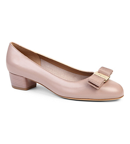 SALVATORE FERRAGAMO Vara leather courts (Nude