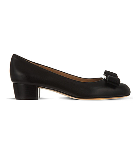 SALVATORE FERRAGAMO Vara leather courts (Black