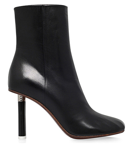 VETEMENTS Irregular toe leather ankle boots (Black