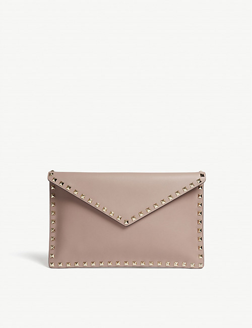 8bc8d84ef75c VALENTINO Rockstud grained leather envelope clutch