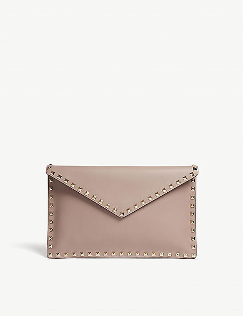 62303137fe42 VALENTINO Rockstud grained leather envelope clutch
