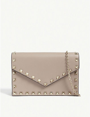 VALENTINO GARAVANI: Rockstud leather wallet-on-chain