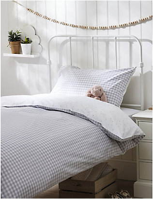 THE LITTLE WHITE COMPANY: Reversible gingham cotton cot bed linen set