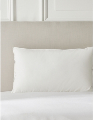 THE WHITE COMPANY Deluxe Down Alternative standard synthetic and cotton-percale pillow 43x69cm